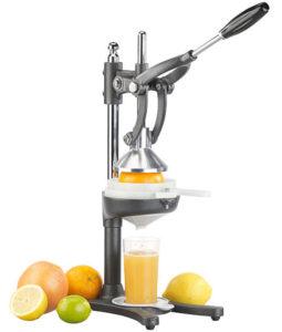 Un jus de fruits frais avec le presse agrume électrique