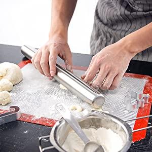 Rouleau à pâtisserie en acier inoxydable.